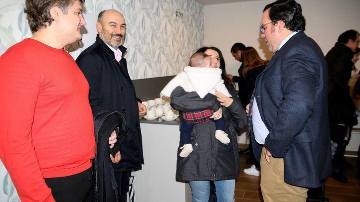 El alcalde de Boadilla del Monte charlando con vecinos