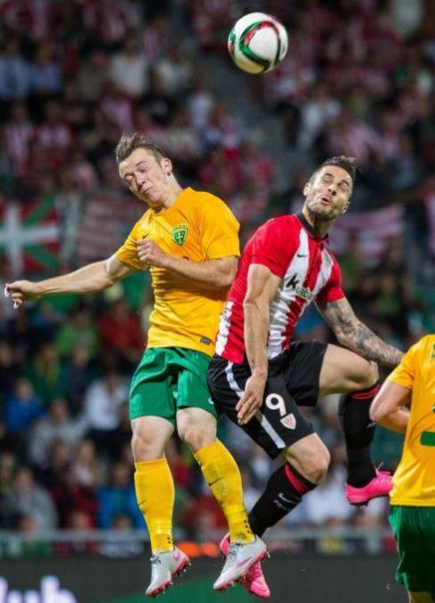 Los 'leones' celebran su cuarto y último gol ante un Messi difuminado