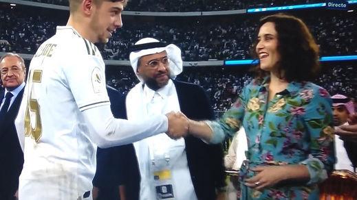 Ayuso y su aplaudido vestuario en Arabia Saudí: sin velo y mangas remangadas de su vestido