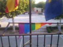 En Torrejón del Rey y Pioz (Guadalajara) destrozan la bandera arcoíris colocada en el Ayuntamiento