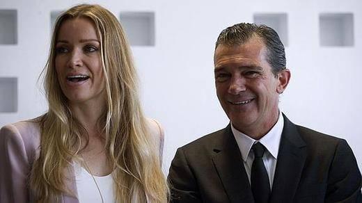 La novia de Antonio Banderas y su mandíbula