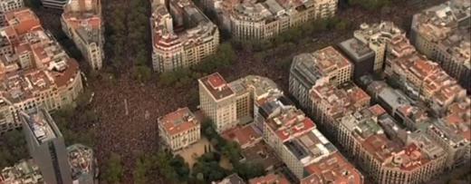 Cargas policiales, barricadas y tensión con un grupo de radicales en Barcelona