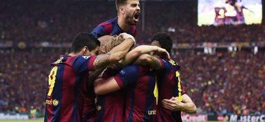 Abrazo de los futbolistas del Barça celebrando la victoria