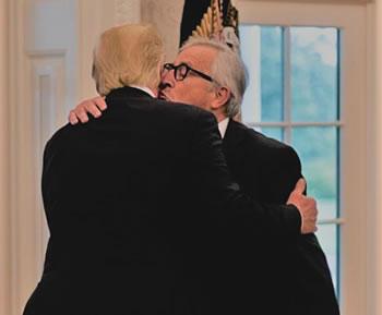 Un beso es el arma secreto de Juncker contra Trump