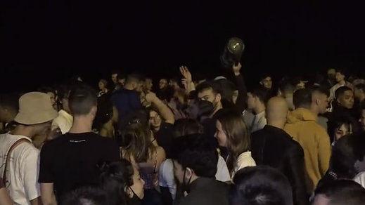 La policía en Barcelona, desbordada por los botellones masivos en las playas