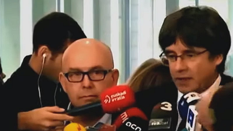 Boyé, a la izquierda de la imagen junto a su cliente Puigdemont