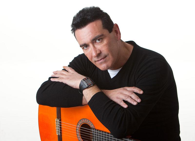 Manuel Bravo, un cantante y compositor 'Tan especial'