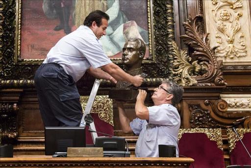 El Ayuntamiento de Barcelona insiste en no colocar al Rey en el salón de plenos como marca la ley