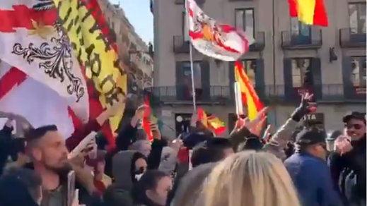 La concentración anti-Sánchez en Barcelona acabó con saludos fascistas y cantando el 'Cara al sol'
