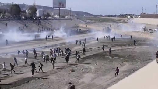 EEUU lanza gas lacrimógeno en la frontera a los migrantes de la caravana