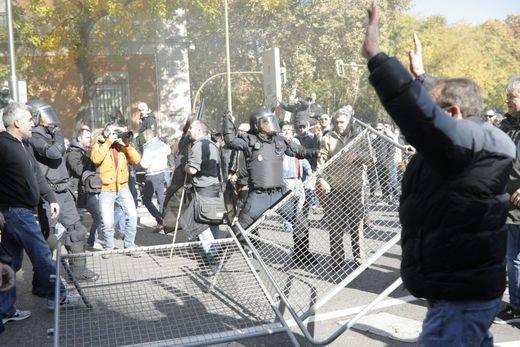 Cargas policiales frente al Congreso durante la manifestación de taxistas