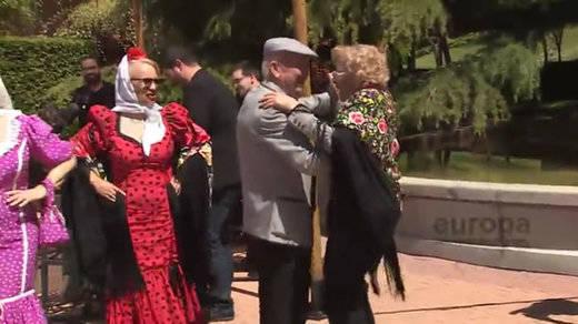 Carmena se atreve a bailar un chotis por San Isidro