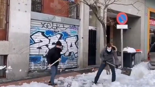 Los vídeos de Casado retirando nieve: halagos y críticas a la par en redes