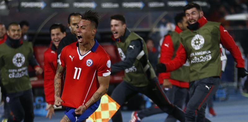 Vargas es felicitado por sus compañeros tras marcar el gol de la victoria