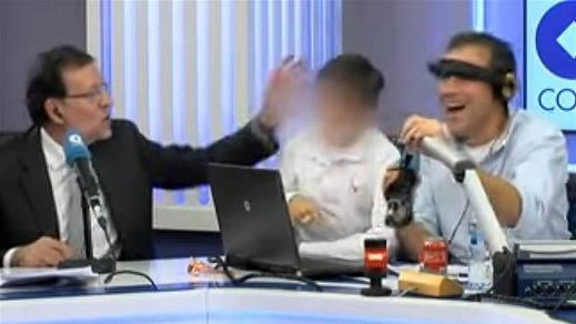 La colleja de Rajoy a su hijo por decir palabrotas en directo en la radio se hace viral