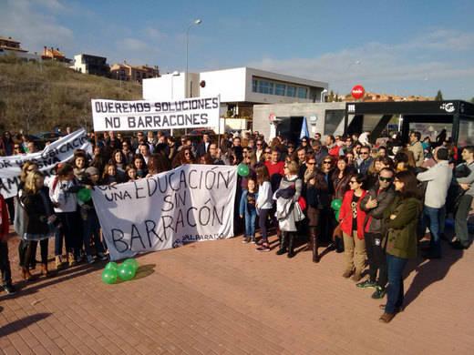 Padres y alumnos del Colegio Valparaíso de Toledo piden a la Junta salir de los barracones en los que dan clase