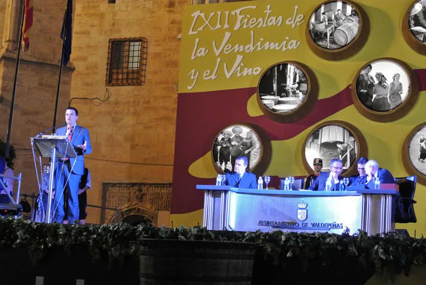 El consejero de Agricultura insta a bodegueros y agricultores de Valdepeñas a 'trabajar en la misma dirección'