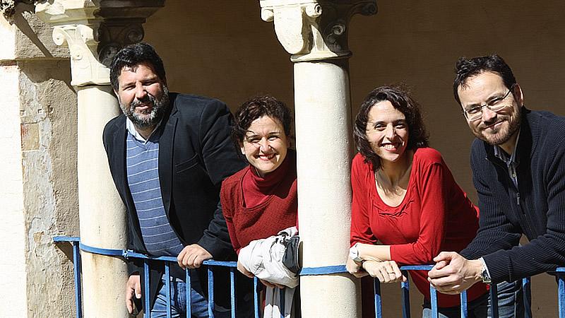 Los organizadores del congreso en una de las localizaciones de la serie (Alcázar de Sevilla)