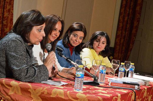 María Dueñas llena el antiguo Casino de Ciudad Real en un encuentro con lectores