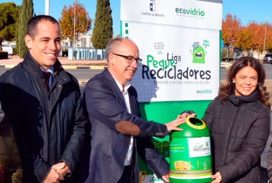 De Izda a Dcha: Ricardo Sevilla, Gerente de zona de Ecovidrio; Agapito Portillo, viceconsejero de Medio Ambiente de la Junta de Comunidades y la alcaldesa de Ciudad Real, Pilar Zamora, en la presentación de la iniciativa