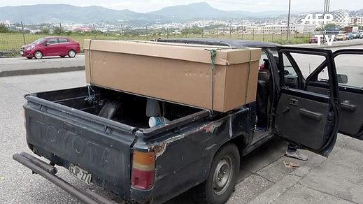 Ecuador: Ataúdes de cartón para los muertos por coronavirus en Guayaquil