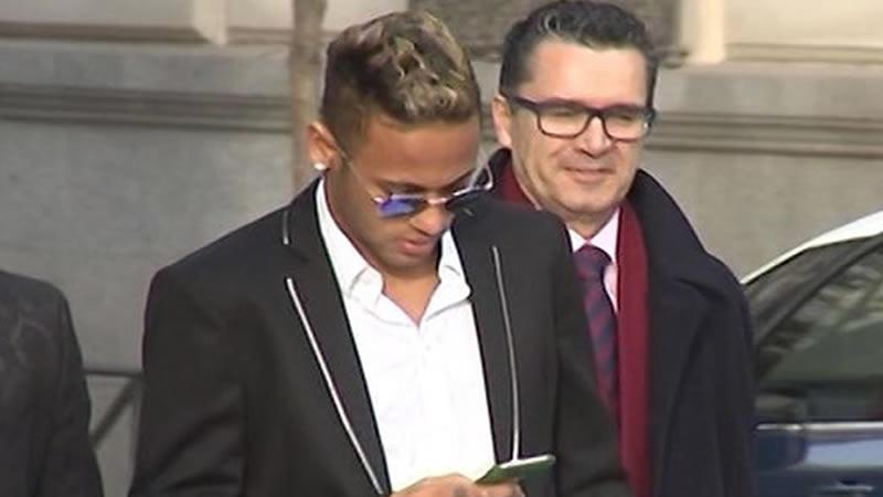 El padre de Neymar cubre al futbolista, que declaró no conocer los detalles de su fichaje por el Barça