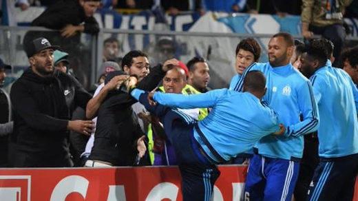 Patrice Evra da una patada a un seguidor ultra del Marsella al 'estilo Cantona'