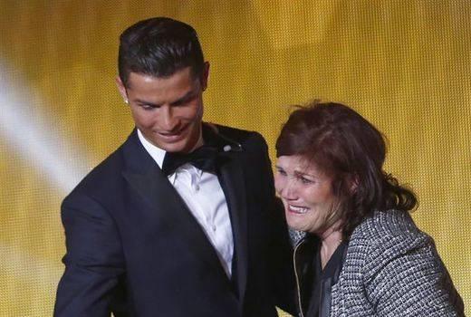 Pillan a la madre de Cristiano Ronaldo con 55.000 euros en el aeropuerto de Barajas