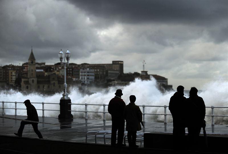Trece provincias en alerta por viento y tormentas