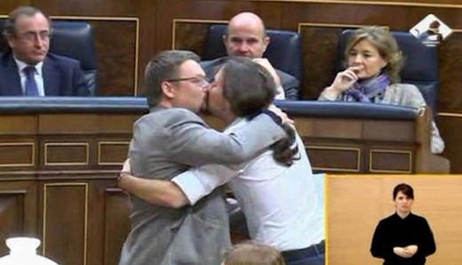 El beso de Pablo Iglesias y Domènech, la imagen del debate de investidura
