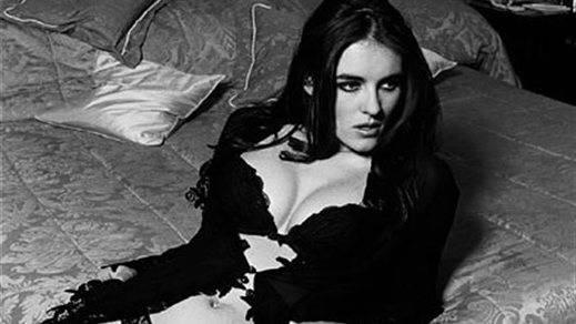 Dos desnudos artísticos de Elizabeth Hurley alcanzan los 5.700 euros en una subasta