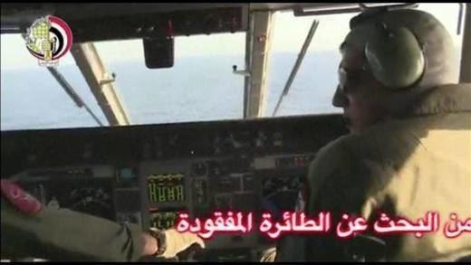 Egipto encuentra restos de un cuerpo, un asiento y equipaje del avión siniestrado