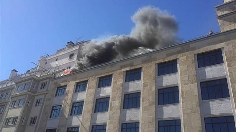 Imágenes del incendio en el hotel Capitol que obligó a desalojar el icónico edificio de Madrid