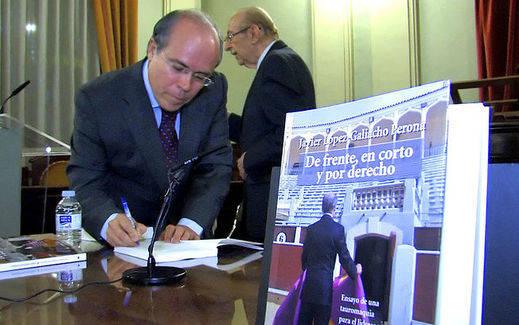 López-Galiacho corta las orejas en Barcelona con su libro taurino 'De frente, en corto y por derecho'