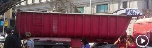 Los peatones de la Gran Vía en riesgo por la maquinaria de las obras