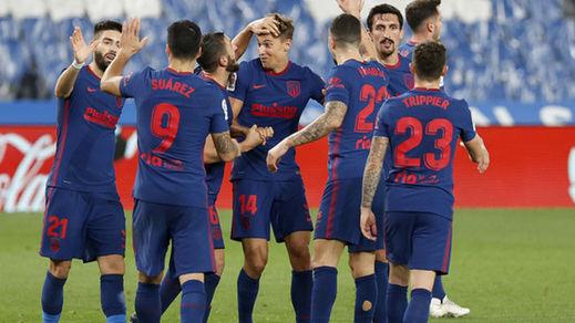 El Atleti se afianza como líder en Anoeta (0-2) y el Barça respira en Valladolid (0-3)