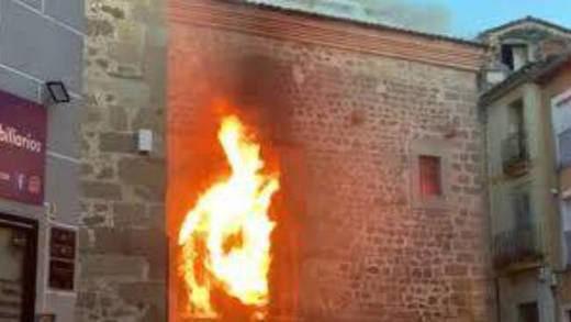 Arde una iglesia en Plasencia y la derecha acusa sin pruebas a 'guerracivilistas'