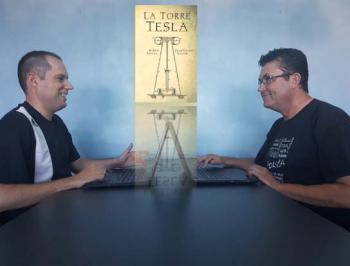 Los hermanos Rubén y Juan Vicente Azorín, coautores de la novela negra 'La Torre Tesla'