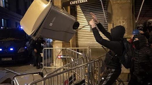 Sexta noche de protestas por la detención de Pablo Hasél, esta vez más débiles