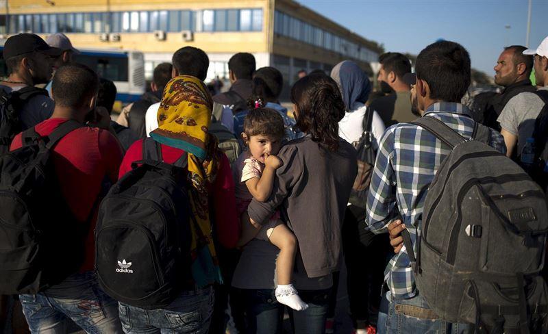 El Gobierno húngaro se ofrece a llevar a los refugiados en autobús a la frontera con Austria