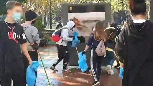 El vídeo viral del que todos hablan: los jóvenes riojanos limpiando su ciudad tras los disturbios