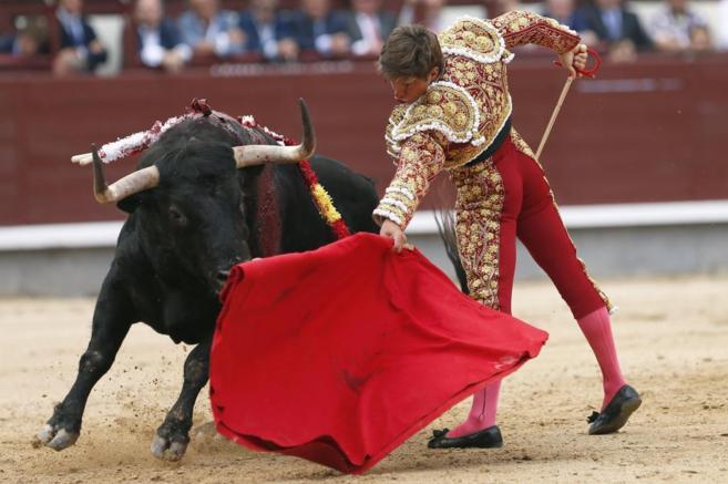 El Juli torea muy despegado a su primer toro