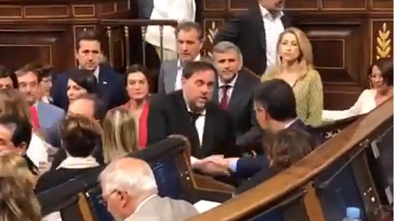 Frío saludo entre Junqueras y Sanchez y posterior charla corta: 'Tenemos que hablar'