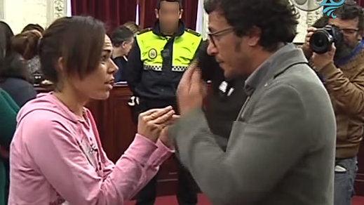 Fuerte bronca a Kichi de una ciudadana defraudada en el Pleno del Ayuntamiento de Cádiz