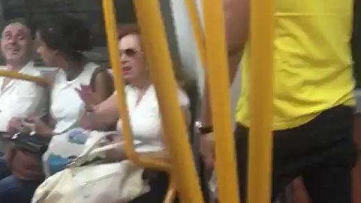 Viajeros del Metro de Madrid expulsan a un racista del vagón tras insultar a dos magrebíes