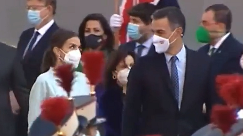 El vídeo viral de la reina Letizia en el desfile: ¿se posicionó con Sánchez frente a los abucheos?
