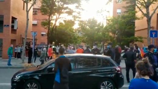 Choque en Vallecas entre caceroladas contra el Gobierno y gritos antifascistas