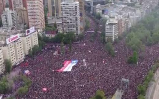 Piñera pide la dimisión de sus ministros como respuesta a la mayor manifestación de la historia democrática de Chile