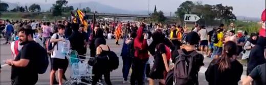 Cargas policiales y casi 70 vuelos cancelados en el aeropuerto de 'El Prat'