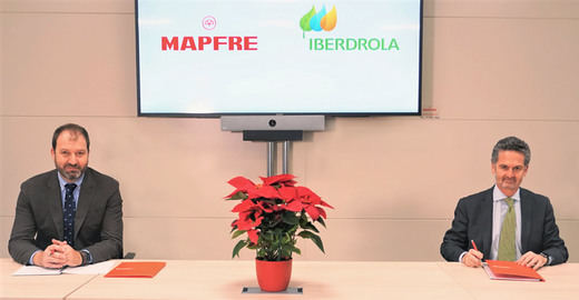 A la izquierda, Raúl Costilla, director general comercial y de negocio de MAPFRE IBERIA, y a la derecha, Alfonso Calderón, director comercial de Iberdrola en España